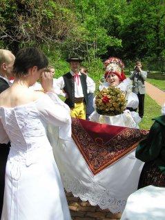 Předávání svatebního koláče
