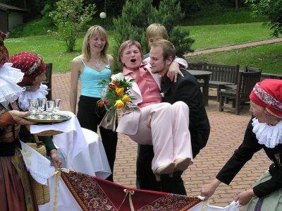 Maminka ženicha přenášená svým vnukem