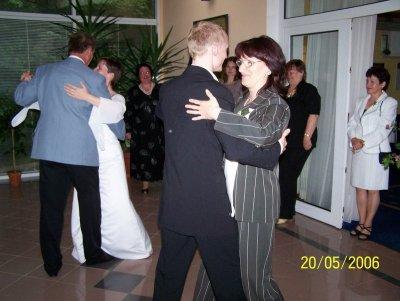 Novomanželé tančí s rodiči