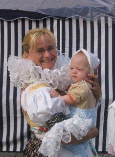 Teta Radka v hanáckém kroji s Honzíkem