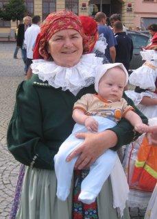 Babička Karolina v hanáckém kroji s Honzíkem
