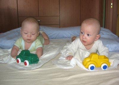 Jeníček a Pavlíček s autíčky